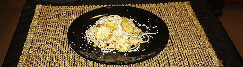 Spaghetti piccanti con zucchine fritte acciughe e ricotta salata