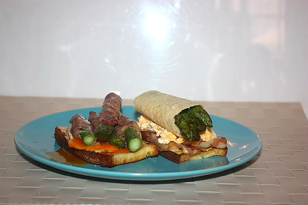 Crostoni uova e asparagi