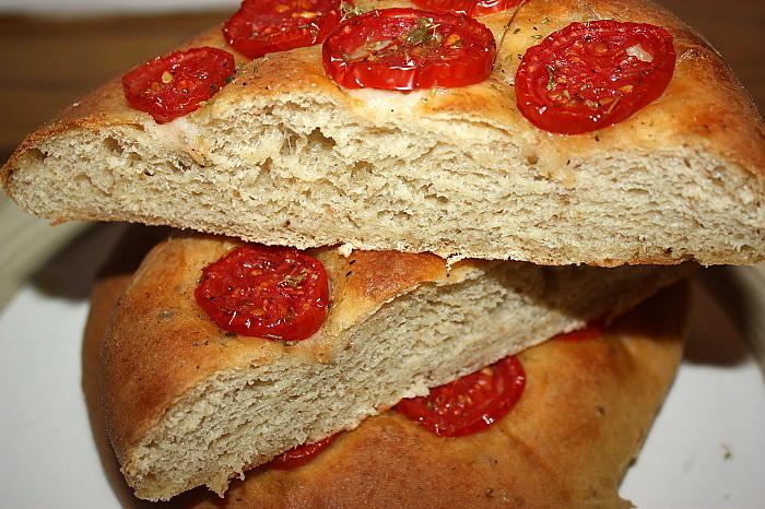Focacce al pesto d'olive verdi e pomodorini