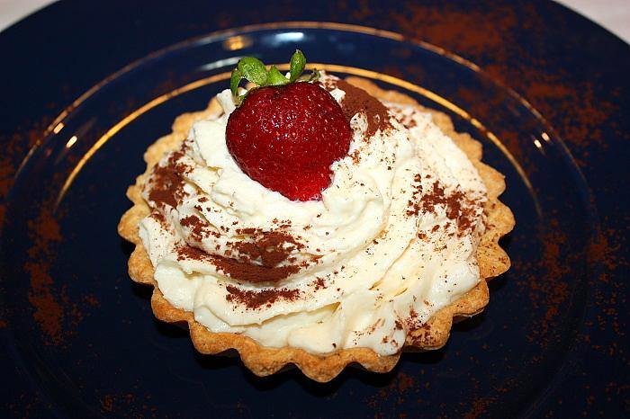 Mini crostate con spuma di cioccolato bianco