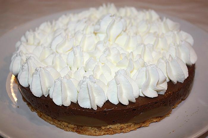 Torta con mousse al cioccolato e nocciole