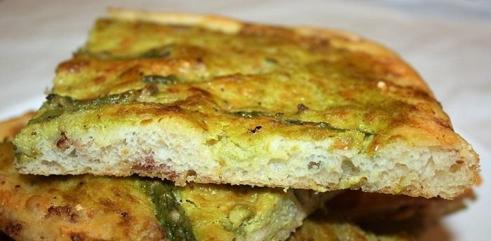 Focaccia alla crema di asparagi e prosciutto
