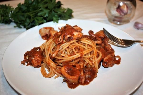 Spaghetti al sugo rosso di calamari