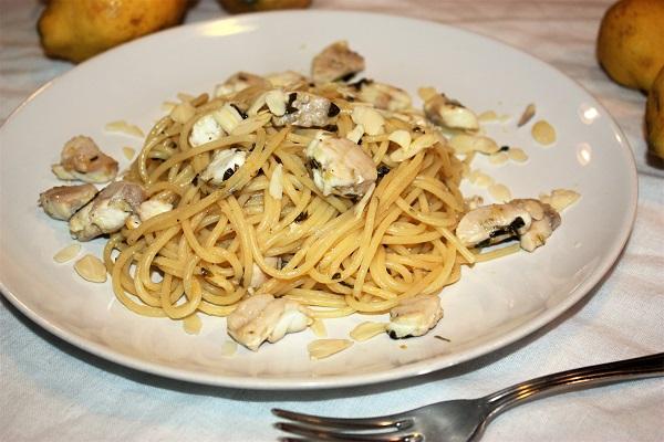 Spaghetti con sugo di cernia grigia limone e mandorle