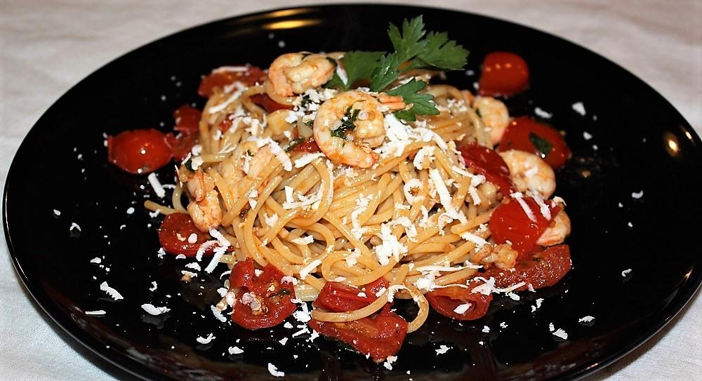 Spaghetti con gamberi rosa pomodorini e ricotta salata