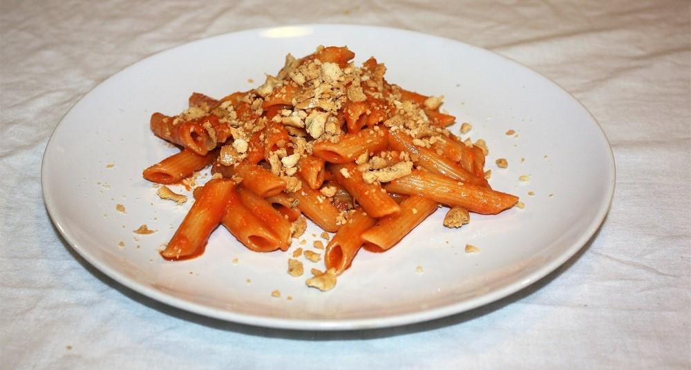 Penne con crema di peperone e briciole