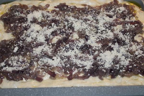 focaccia con cipolla rossa e parmigiano